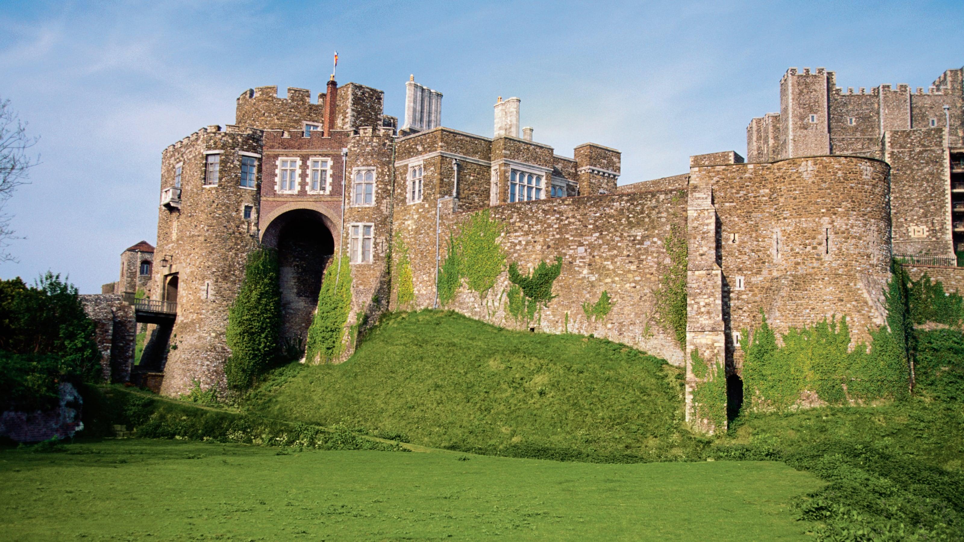 L'herbe pousse sur les murs du château médiéval de Douvres en Angleterre