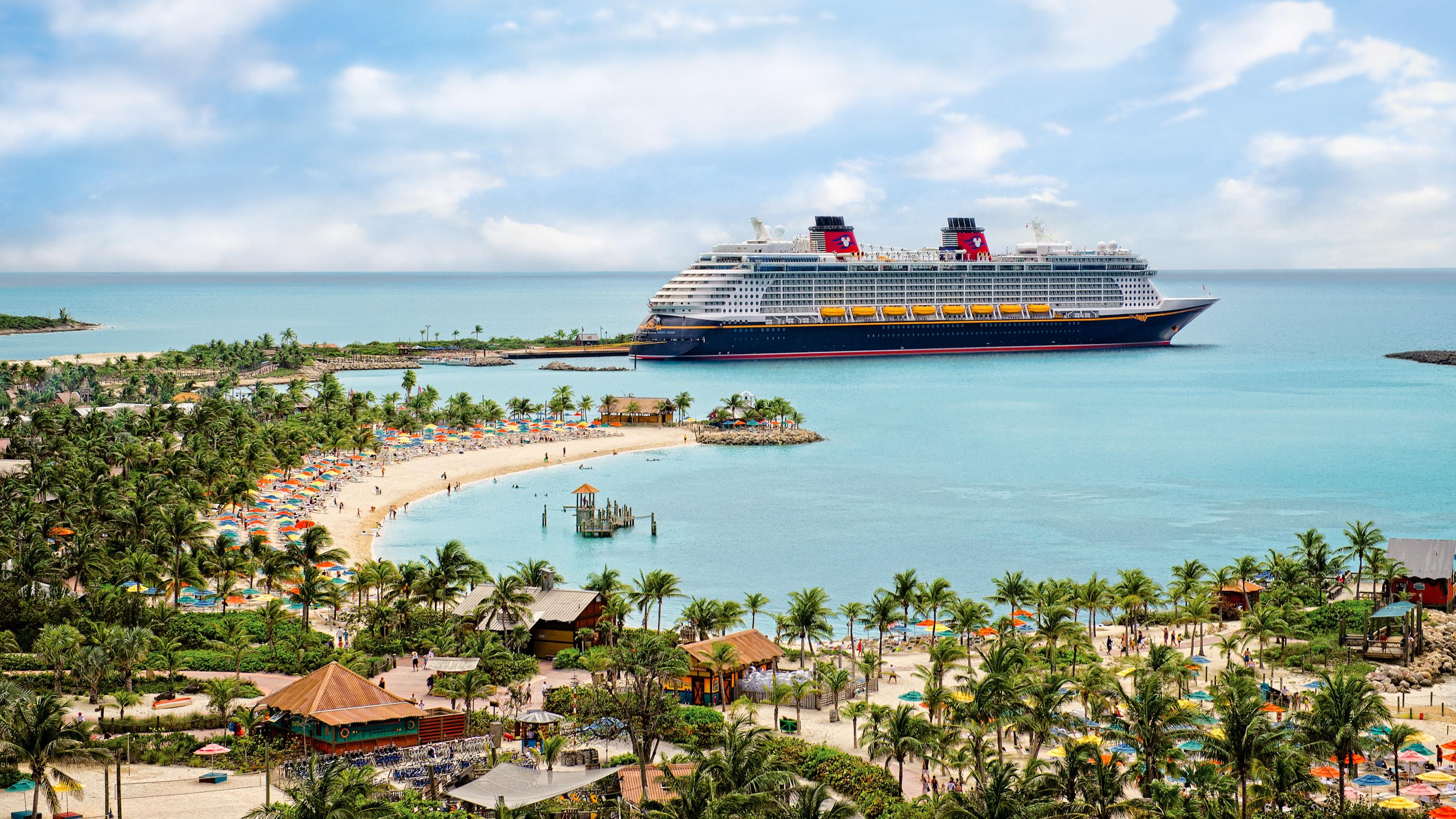 Um navio da Disney Cruise Line atracado na costa da Castaway Cay.