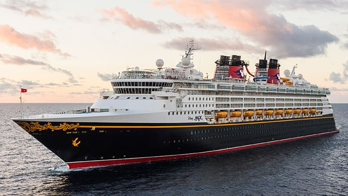 O Disney Wonder em alto-mar ao entardecer.