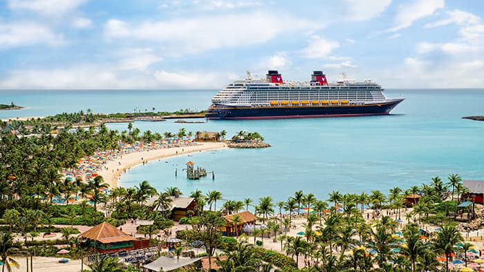 Le Disney Fantasy, amarré le long du rivage incurvé de Castaway Cay