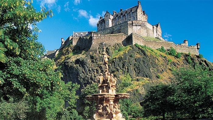 Una enorme fuente frente al castillo de Edimburgo, una estructura baja y angular de la época medieval