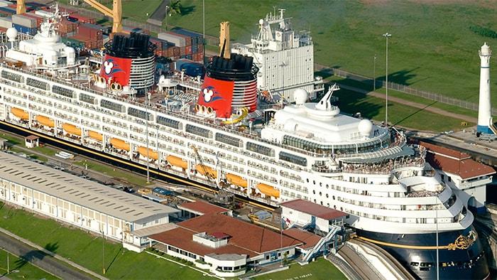 O Disney Magic utiliza as eclusas do Canal do Panamá, plataformas que ajudam os navios com as várias elevações.