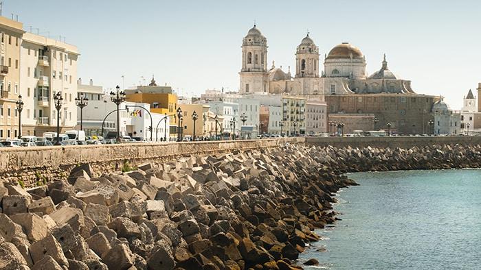 Des blocs de béton forment une barrière le long du bord de mer avec une architecture byzantine
