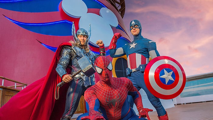 Thor, Spiderman y Captain America se ponen en poses heroicas frente al logotipo de Disney Cruise Line