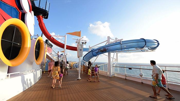 Un tobogán de agua comienza arriba de una cubierta del barco y baja en curvas por un lado del crucero