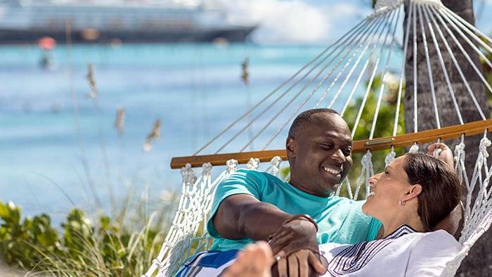 Un couple se détend dans un hamac