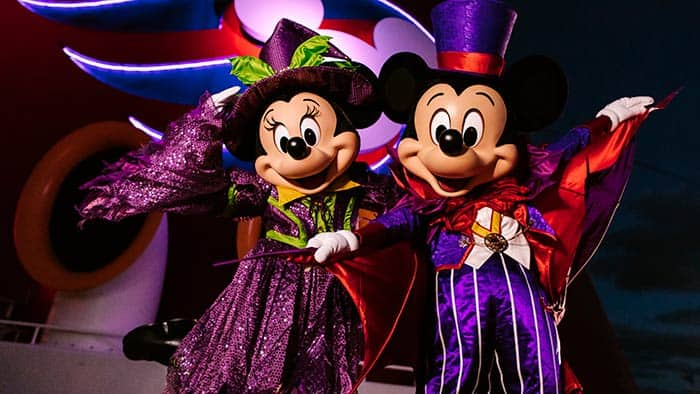 Mickey et Minnie Mouse dans des costumes d'Halloween