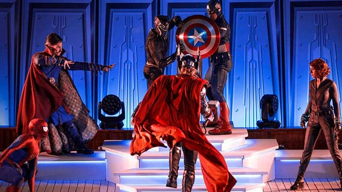 Les Avengers posent sur une scène