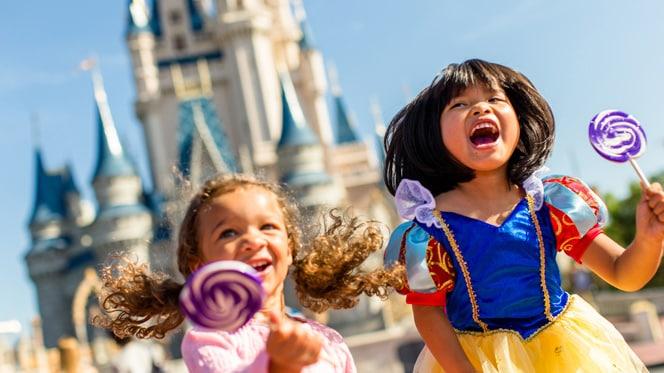フロリダのマジックキングダム・パークのシンデレラ城近くにて、プリンセスの衣装に身を包んだ女の子たち