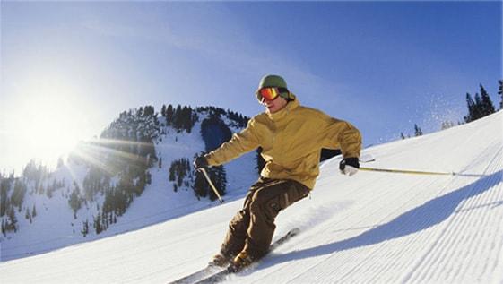 山肌でスキーを楽しむ男性