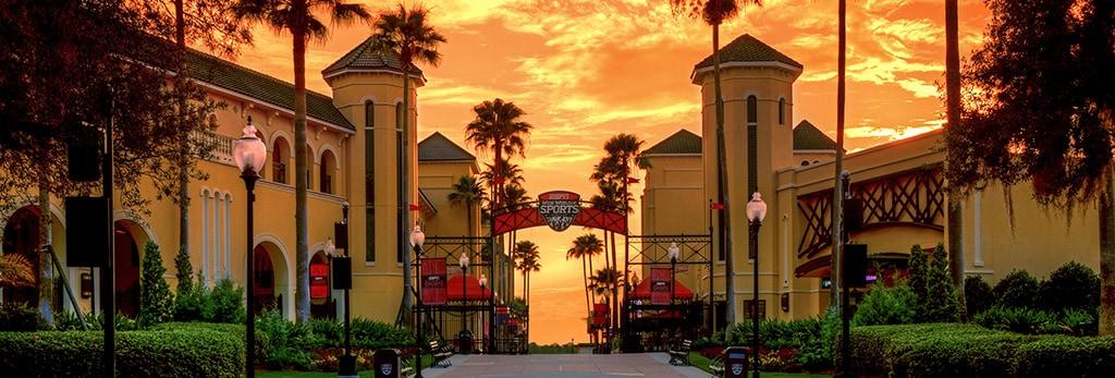 Edificios y palmeras en ESPN Wide World of Sports Complex de la Florida